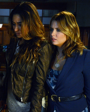 """Pretty Little Liars 4.17 """"Bite Your Tongue"""" - promotional mga litrato"""