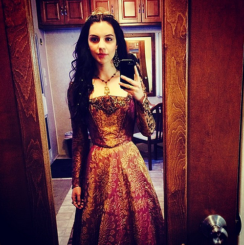 Reign [TV Show] wolpeyper entitled Adelaide- on Wednesdays we wear kulay-rosas