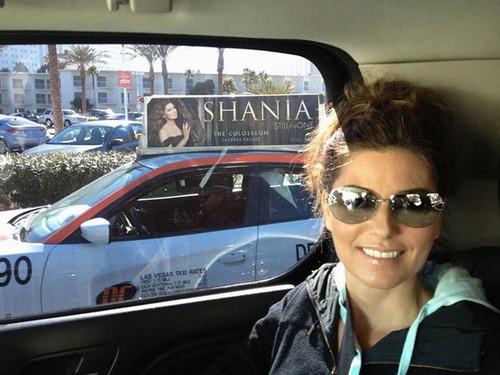 Shania Twain karatasi la kupamba ukuta with sunglasses entitled Shania