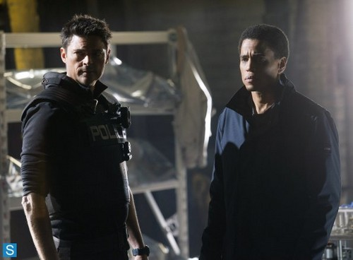 Almost Human Hintergrund titled Almost Human - Episode 1.09 - Unbound - Promotional Fotos