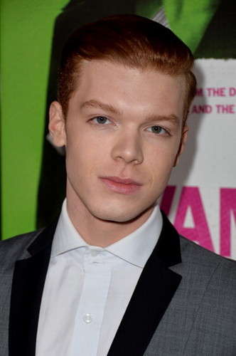 Cameron Monaghan kertas dinding with a business suit entitled Cameron at Vampire Academy premiere
