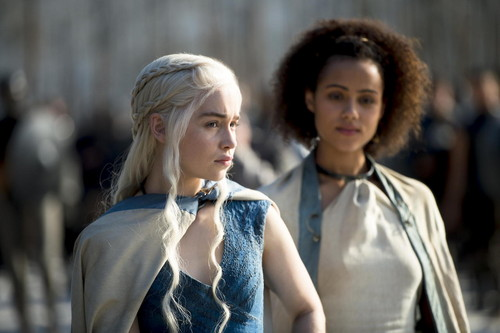 Daenerys Targaryen Hintergrund probably with an outerwear entitled Daenerys Targaryen & Missandei