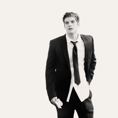 Daniel Sharman karatasi la kupamba ukuta with a business suit, a suit, and a two piece called Daniel Sharman