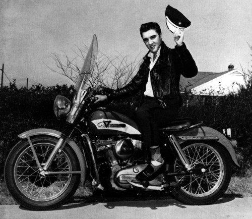 Elvis Presley Hintergrund containing a motorcycle cop titled Elvis with his Harley-Davidson