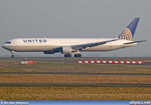 Друзья Обои probably with a widebody aircraft, an airliner, and an аэробус, airbus called UnitedAirlines