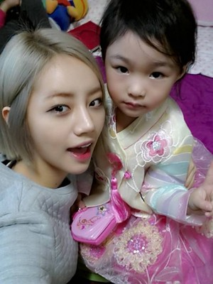 Girl's Day's Hyeri with her adorable niece