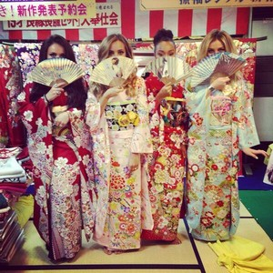 Little Mix On kimonos