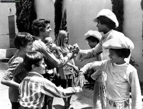michael jackson and his brothers meet the Brady Kids