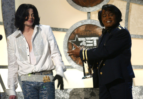 Michael Jackson karatasi la kupamba ukuta probably with a business suit, a well dressed person, and a drummer, ngoma entitled Michael and James Brown BET awards 2003