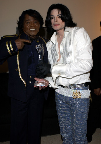 Michael Jackson karatasi la kupamba ukuta containing a business suit and a well dressed person called Michael and James Brown BET awards 2003