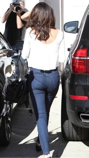 Selena looks beautiful while leaving a casting call - February 3, 2014