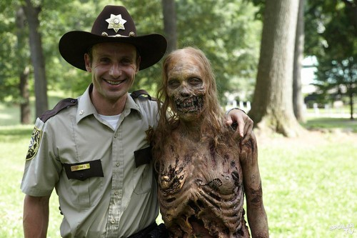 Walking Dead fond d'écran titled Rick and the bicycle girl zombie