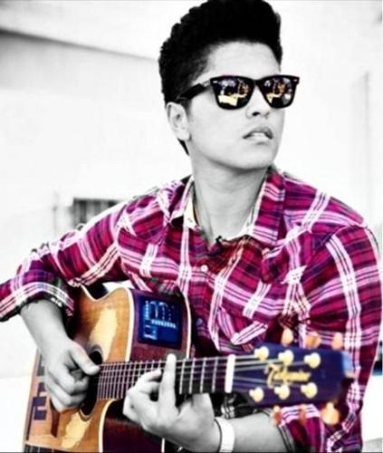 브루노 마스 바탕화면 probably with a guitarist and a 음악회, 콘서트 called Bruno Mars