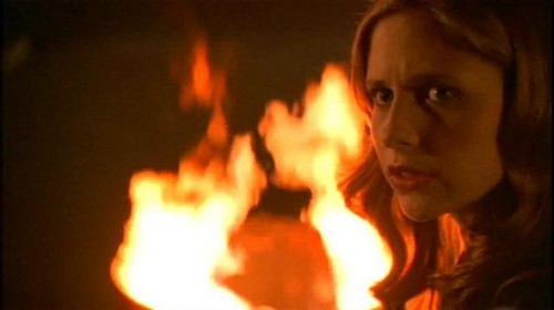 Buffy Summers Обои containing a огонь and a огонь called Buffy Summers Screencaps