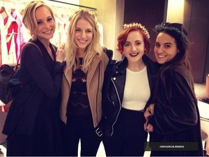 Candice looking for wedding dress with Друзья (08/02/14)