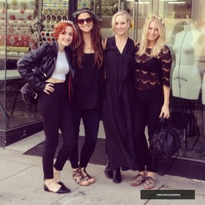 Candice looking for wedding dress with 프렌즈 (08/02/14)