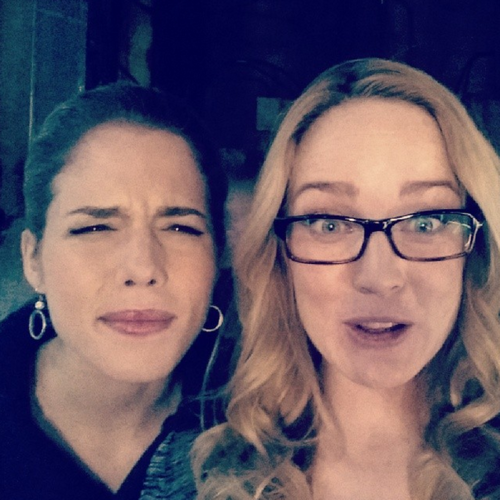 Emily Bett Rickards karatasi la kupamba ukuta with a portrait titled Emily and Caity on Set