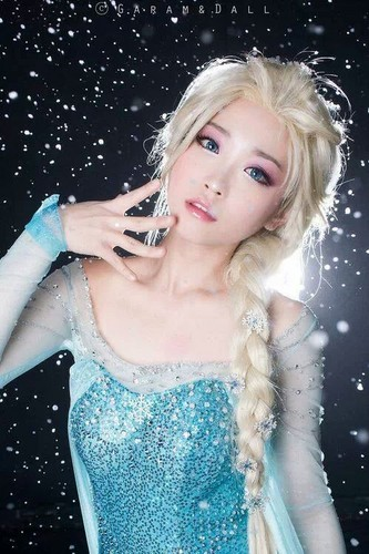 Frozen پیپر وال possibly containing a کاک, کاکٹیل dress, a bridesmaid, and a رات کے کھانے, شام کا کھانا dress entitled Elsa Cosplay