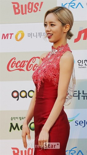 Girl's Day wallpaper containing a dinner dress titled Hyeri - Gaon Chart Kpop Awards