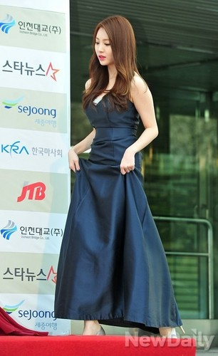 Girl's Day wallpaper with a dinner dress and a gown entitled Yura - Gaon Chart Kpop Awards