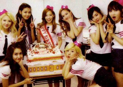 Girl's Generation/SNSD karatasi la kupamba ukuta possibly with a portrait titled Happy Birthday Taeyeon