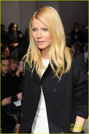 Gwyneth Paltrow Takes Selfie with Reese Witherspoon at Boss Woman Fashion Show!
