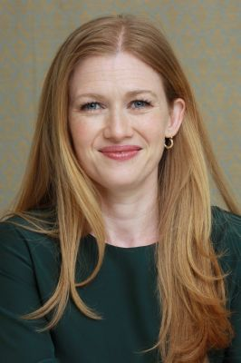 Mireille Enos Hintergrund with a portrait titled Mireille Enos// The Killing Portrait Session