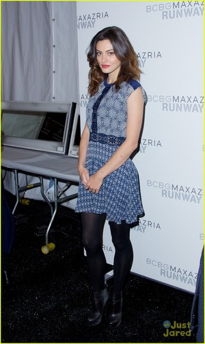 Phoebe Tonkin Hits Up BCBGMaxazria Fashion mostra