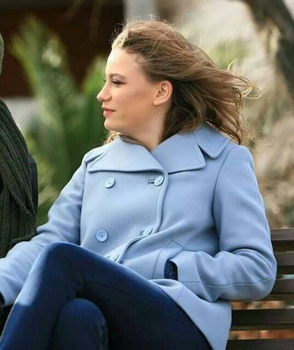 Serenay Sarikaya wallpaper with a well dressed person titled Serenay ♥ Medcezir