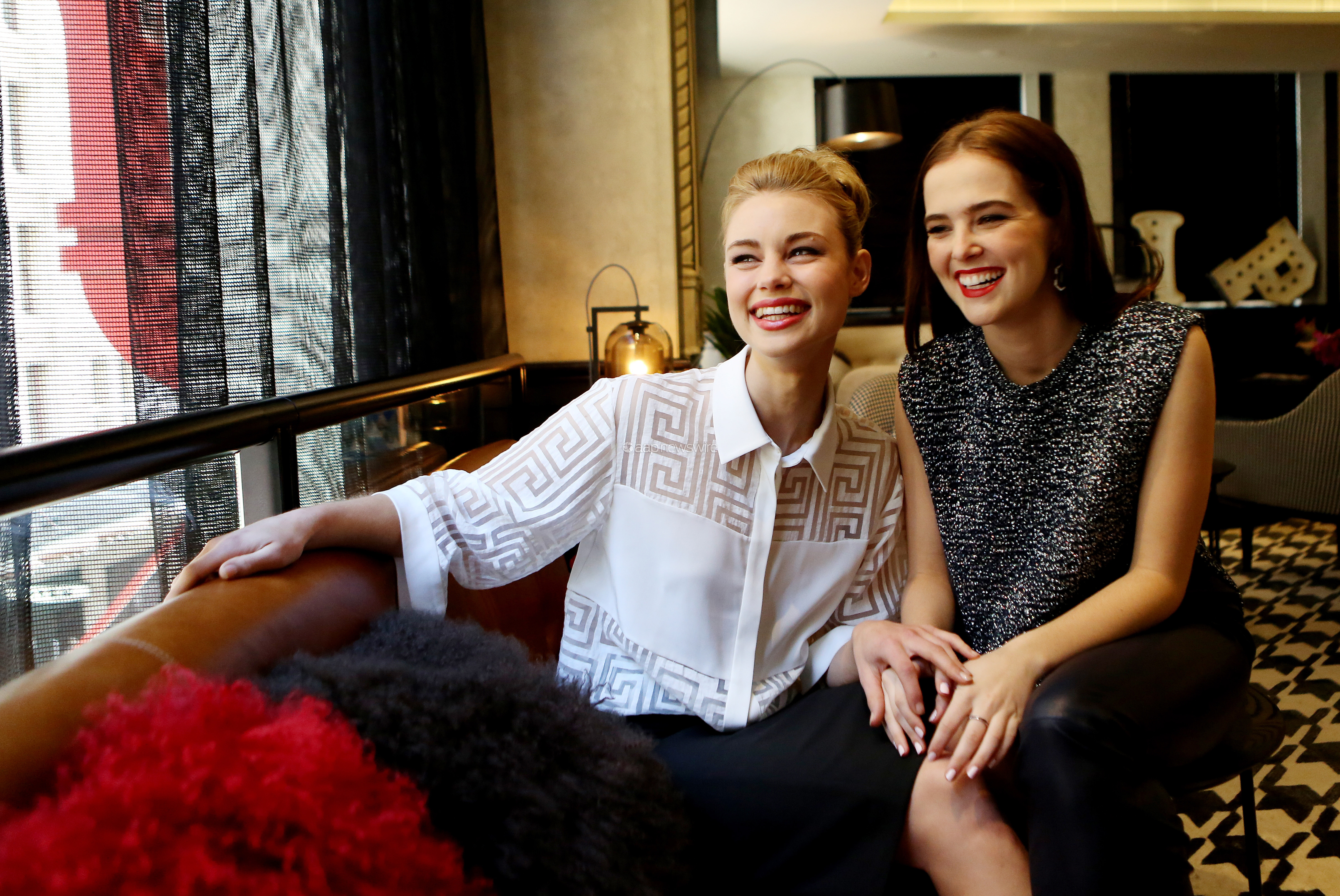 zoey截图_vampire academy images hq portraits of zoey deutch and lucy fry