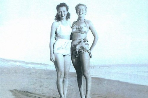 Marilyn Monroe karatasi la kupamba ukuta with a bikini entitled berniece baker and norma jeane baker
