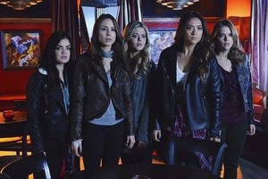 "Pretty Little Liars season finale 4.24 ""A is for Answers"" - promotional चित्रो"