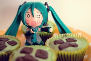 Hatchune miku toy with cupcakes