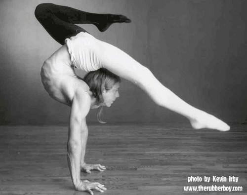 Contortion fondo de pantalla entitled Male contortionist