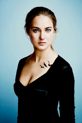Divergent দেওয়ালপত্র containing a well dressed person entitled Tris Prior