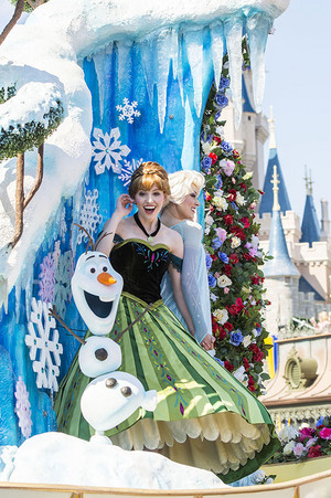 Elsa, Anna and Olaf on frozen Float - New Festival of fantasía Parade Walt disney World