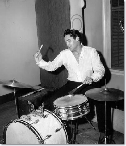 Elvis Presley Hintergrund with a snare drum, a tenor drum, and a schlagzeuger entitled Elvis Presley ✨