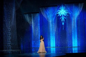 Idina Menzel performing Let it go at the Oscars