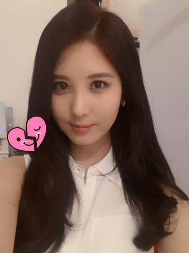 Girl's Generation/SNSD karatasi la kupamba ukuta with a portrait called Seohyun New Selca