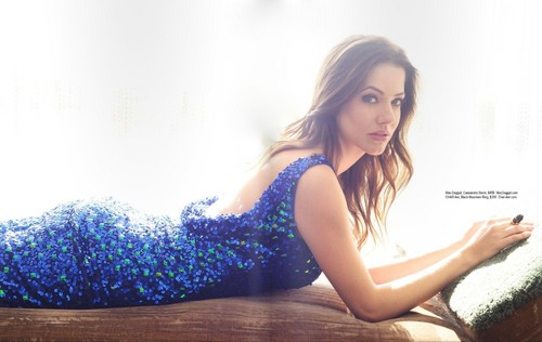 Ingrid's Graceland kertas dinding with a leotard called Julie Gonzalo