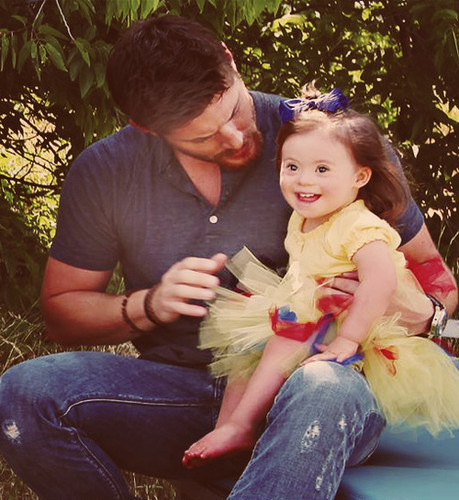 Jensen Ackles wallpaper possibly containing a bouquet and a park bench entitled Jensen With a Kid