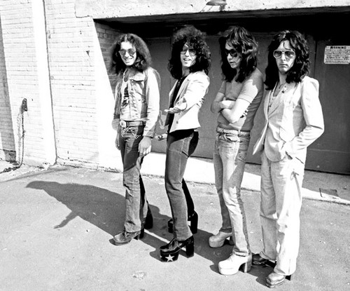 KISS پیپر وال possibly with a business suit, a street, and a hip boot called KISS ~Creem تصویر shoot 1974