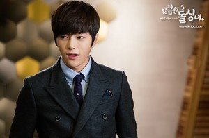 एल for 'Cunning Single Lady'