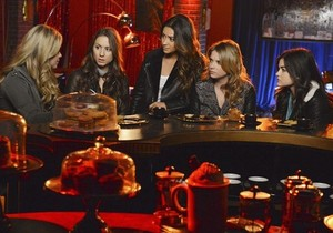 """Pretty Little Liars season finale 4.24 """"A is for Answers"""" - promotional picha"""