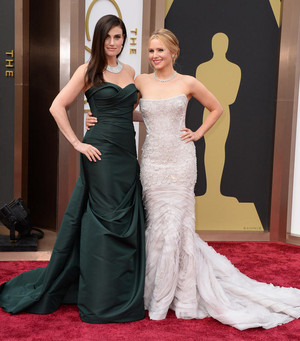 Kristen 벨 and Idina Menzel on the 2014 Academy Awards red carpet
