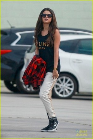 Selena Gomez going to a dance studio in Burbank (March 3)