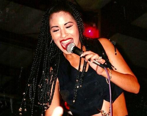Selena Quintanilla-Pérez wallpaper with a concert and a guitarist entitled Beautiful Selena ♥