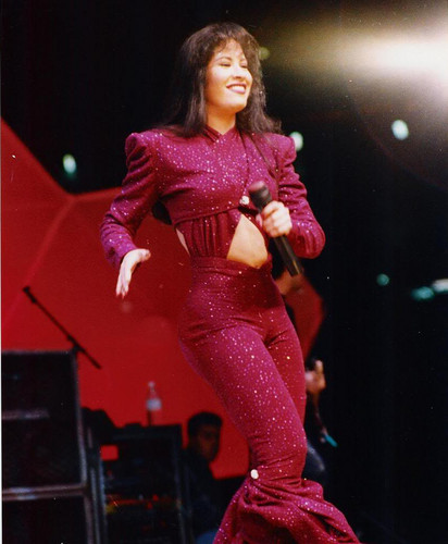 Selena Quintanilla-Pérez wallpaper containing a concert titled Beautiful Selena ♥