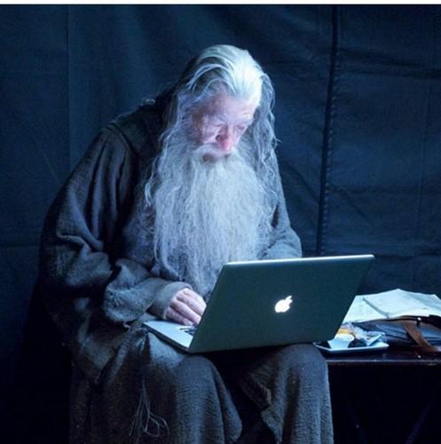 호빗 바탕화면 with a laptop called Gandalf the Grey, checking the Book of Faces