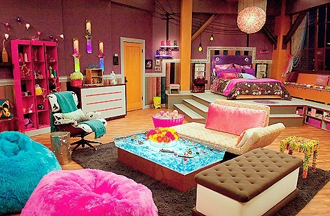 iCarly वॉलपेपर containing a living room, a family room, and a मांद, डेन entitled Carly's Bedroom